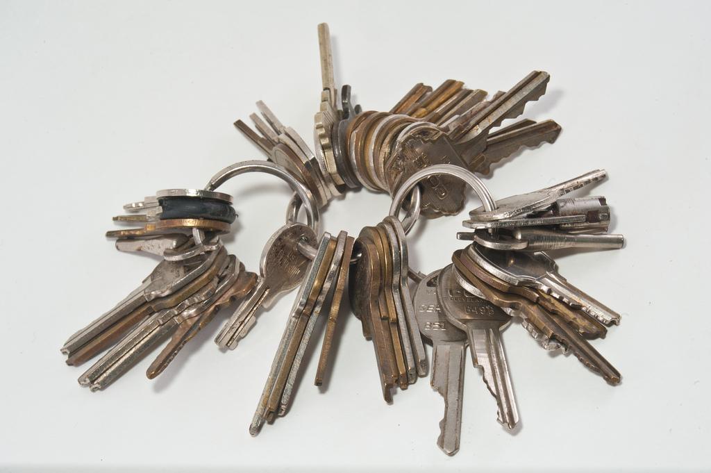 Ho ventiquattro chiavi, ma non riesco ad aprire le serrature. Qualche volta sono alta ed altre volte sono lenta. Chi sono?